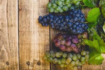 https://cf.ltkcdn.net/wine/images/slide/250463-850x567-wine-grapes.jpg