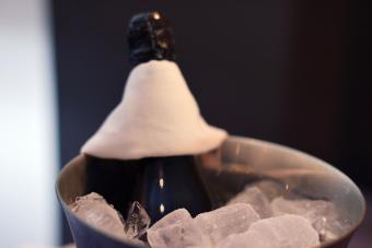https://cf.ltkcdn.net/wine/images/slide/250475-850x567-chilling-sparkling-wine.jpg