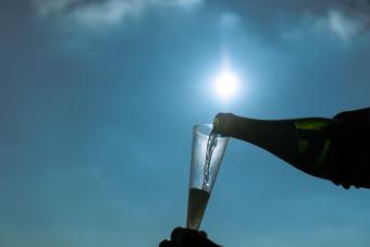 https://cf.ltkcdn.net/wine/images/slide/250483-850x567-pouring-moscato.jpg
