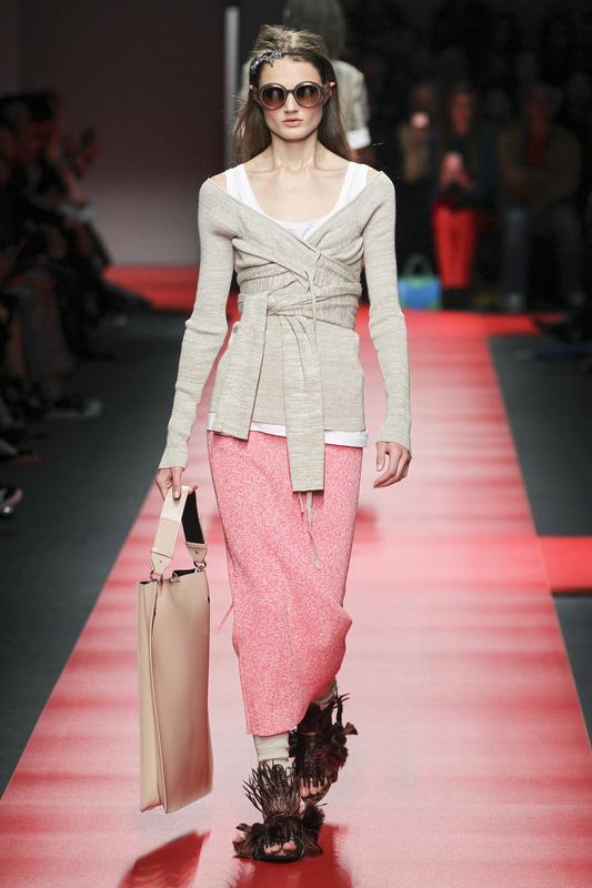 https://cf.ltkcdn.net/womens-fashion/images/slide/196867-533x800-sweater_wrap.jpg
