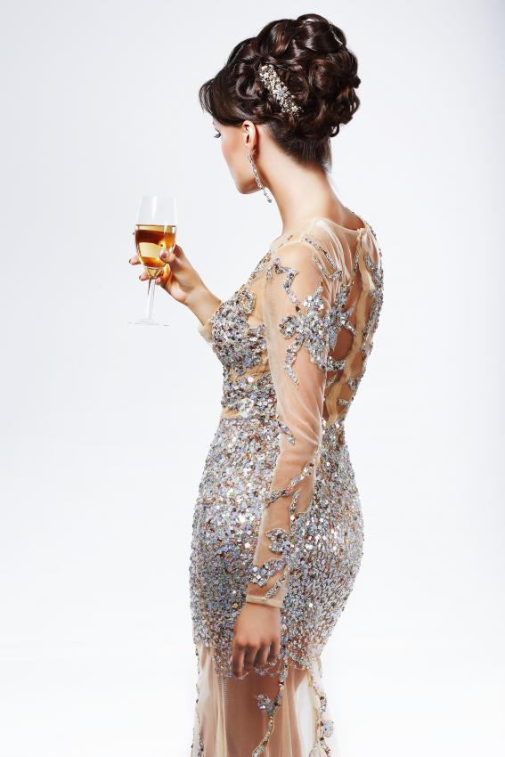 https://cf.ltkcdn.net/womens-fashion/images/slide/205811-567x850-Woman-holding-glass-of-Champagne.jpg