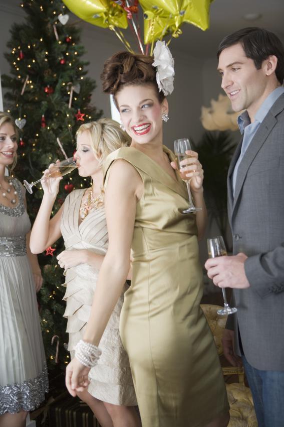 https://cf.ltkcdn.net/womens-fashion/images/slide/205813-567x850-Friends-socializing-at-Christmas-party.jpg