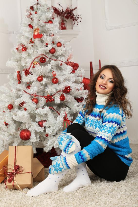 https://cf.ltkcdn.net/womens-fashion/images/slide/205814-567x850-Girl-and-Christmas-tree.jpg