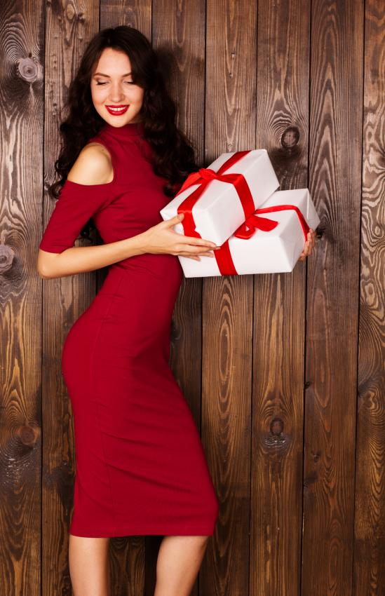 https://cf.ltkcdn.net/womens-fashion/images/slide/205815-549x850-Woman-holding-gift-box.jpg