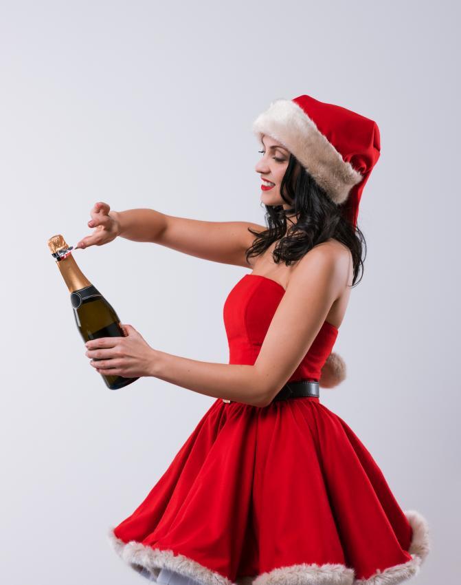 https://cf.ltkcdn.net/womens-fashion/images/slide/205818-671x850-Woman-opening-champagne-bottle.jpg