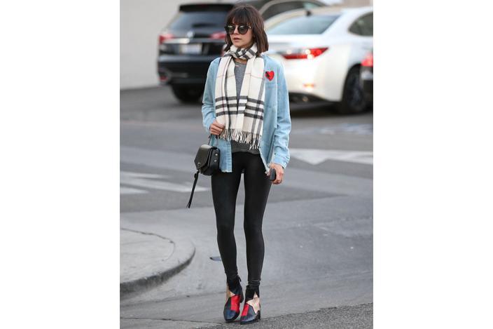 https://cf.ltkcdn.net/womens-fashion/images/slide/224521-704x469-denim-top-jeggings-scarf-sunglasses.jpg