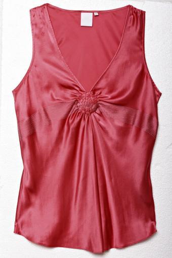 https://cf.ltkcdn.net/womens-fashion/images/slide/140424-334x500-red-silk-blouse.jpg