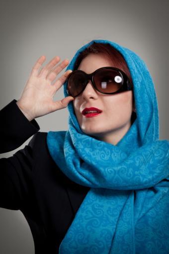 https://cf.ltkcdn.net/womens-fashion/images/slide/150189-566x848r1-Shawl-with-sunglasses.jpg