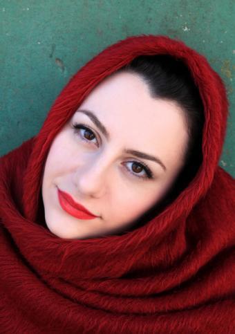 https://cf.ltkcdn.net/womens-fashion/images/slide/150190-581x826r1-Red-fur-shawl-on-head.jpg