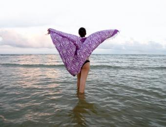 https://cf.ltkcdn.net/womens-fashion/images/slide/159773-791x607-Shoulder_wrap_sarong.jpg