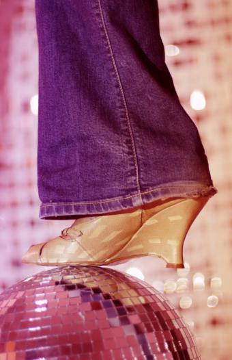 https://cf.ltkcdn.net/womens-fashion/images/slide/168490-549x850-flared-jeans.jpg