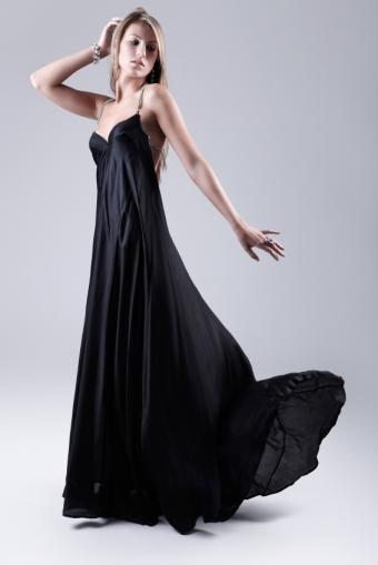 https://cf.ltkcdn.net/womens-fashion/images/slide/172324-566x848-blackmaxiandminimaljewelry.jpg