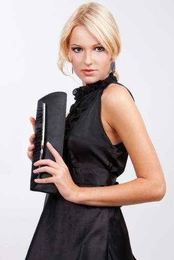https://cf.ltkcdn.net/womens-fashion/images/slide/172333-566x848-elegant-clutch-chandelier-earrings.jpg