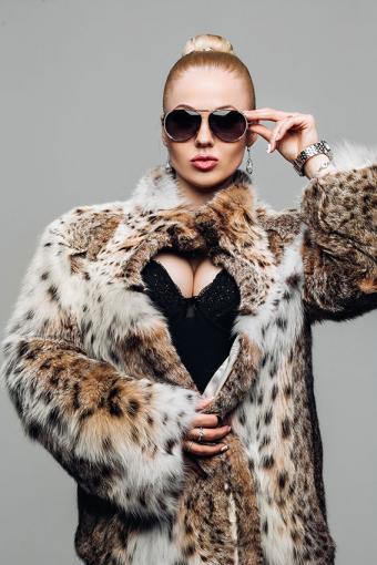 https://cf.ltkcdn.net/womens-fashion/images/slide/200081-567x850-woman-in-fur-coat.jpg