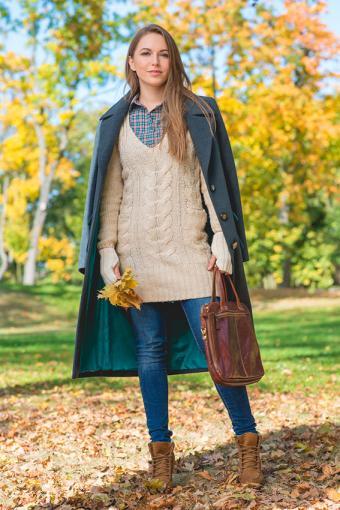 https://cf.ltkcdn.net/womens-fashion/images/slide/200093-567x850-woman-in-fall-sweater.jpg