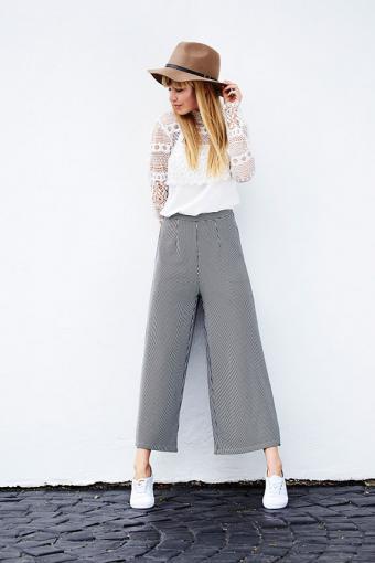 https://cf.ltkcdn.net/womens-fashion/images/slide/200215-567x850-woman-wearing-cropped-pants.jpg