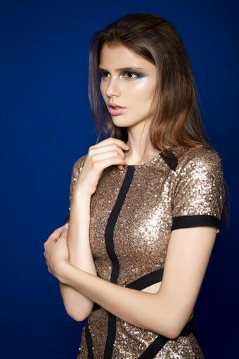 https://cf.ltkcdn.net/womens-fashion/images/slide/200216-567x850-woman-wearing-gold-dress.jpg