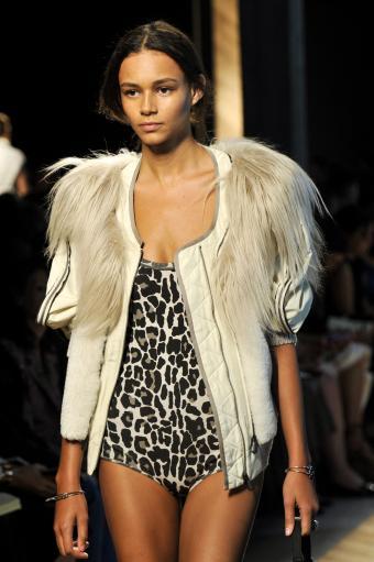 https://cf.ltkcdn.net/womens-fashion/images/slide/202823-566x850-coat04.jpg