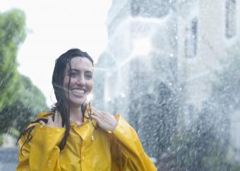 https://cf.ltkcdn.net/womens-fashion/images/slide/217142-850x607-rainslicker.jpg