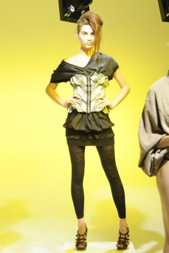https://cf.ltkcdn.net/womens-fashion/images/slide/49963-400x600-mini_with_leggings.jpg