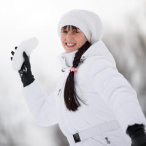 Woman wearing a white down jacket and cap