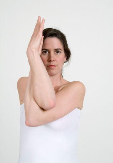 https://cf.ltkcdn.net/yoga/images/slide/121897-397x571-Eagle_pose_front_view.jpg