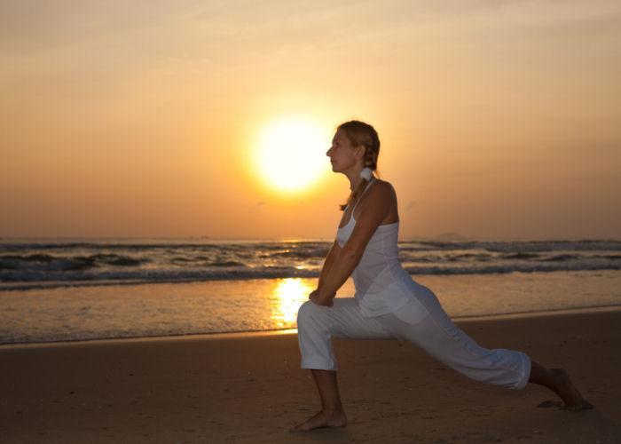 https://cf.ltkcdn.net/yoga/images/slide/121966-700x500-Modified-Warrior.jpg
