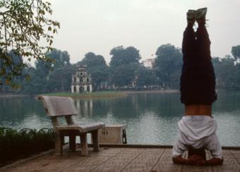 https://cf.ltkcdn.net/yoga/images/slide/113318-586x420-Headstand1.jpg
