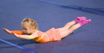 https://cf.ltkcdn.net/yoga/images/slide/121971-850x439-Child-in-Locust-w-Superman-arms.jpg