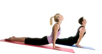 https://cf.ltkcdn.net/yoga/images/slide/121981-800x425-Couple-in-Up-Dog.jpg