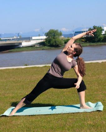 https://cf.ltkcdn.net/yoga/images/slide/122013-601x748-Modified-Side-Angle.jpg