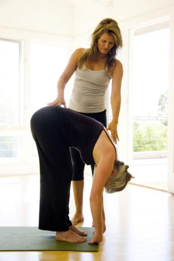 https://cf.ltkcdn.net/yoga/images/slide/141832-533x800r1-Standing-Forward-Bend-With-Assist.jpg