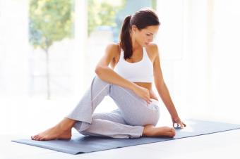 https://cf.ltkcdn.net/yoga/images/slide/149569-849x565-seated-twist.jpg