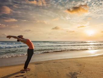 https://cf.ltkcdn.net/yoga/images/slide/202896-850x649-Sun-salutation.jpg