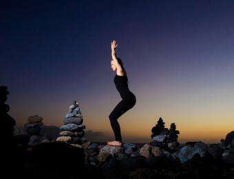 https://cf.ltkcdn.net/yoga/images/slide/202898-850x649-Chair-pose.jpg