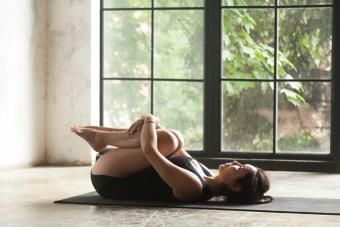 https://cf.ltkcdn.net/yoga/images/slide/225180-704x469-Knees-to-Chest-Pose.jpg