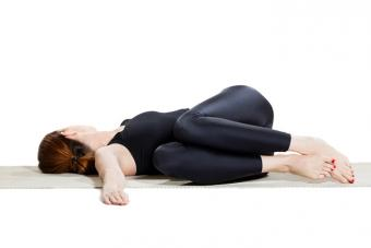 https://cf.ltkcdn.net/yoga/images/slide/225185-704x469-Reclining-Twist-Pose.jpg